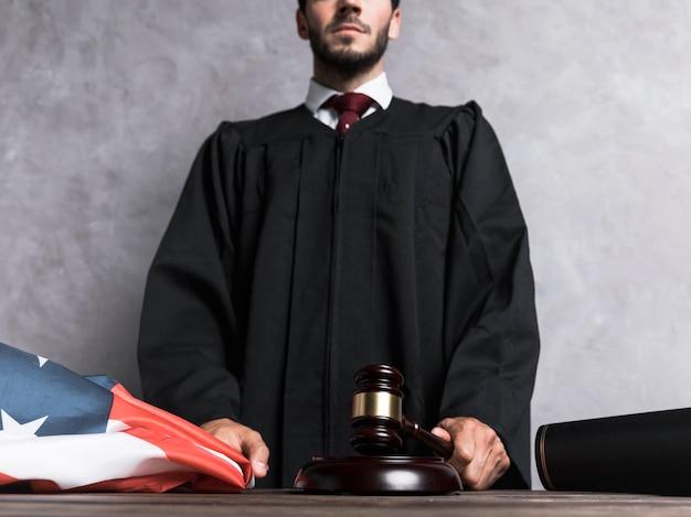 Giudice di angolo basso che colpisce il martelletto