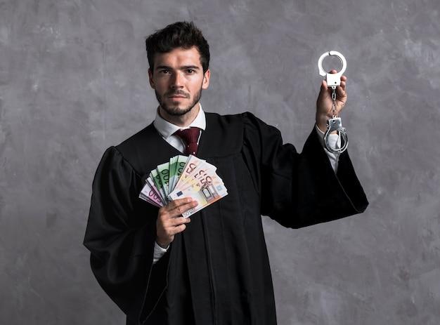Giudice di vista frontale con manette e banconote