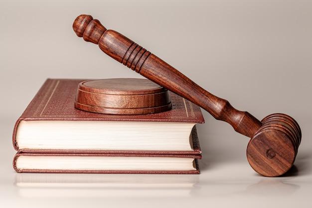 Giudice martelletto e libro legale vicino sul tavolo