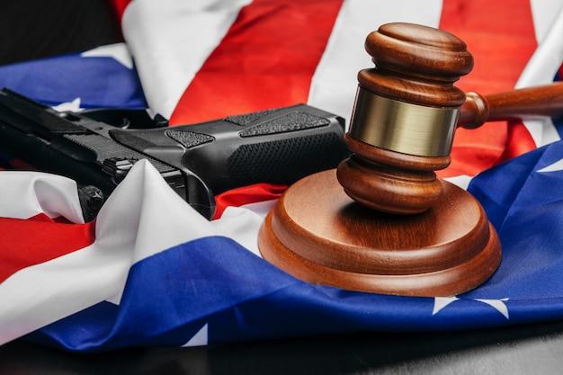 Giudice martelletto sullo sfondo della bandiera degli stati uniti d'america