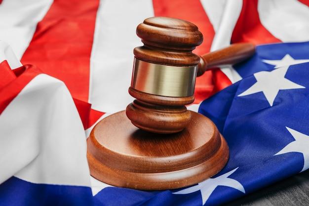 Giudichi il martelletto sulla bandiera stati uniti d'america