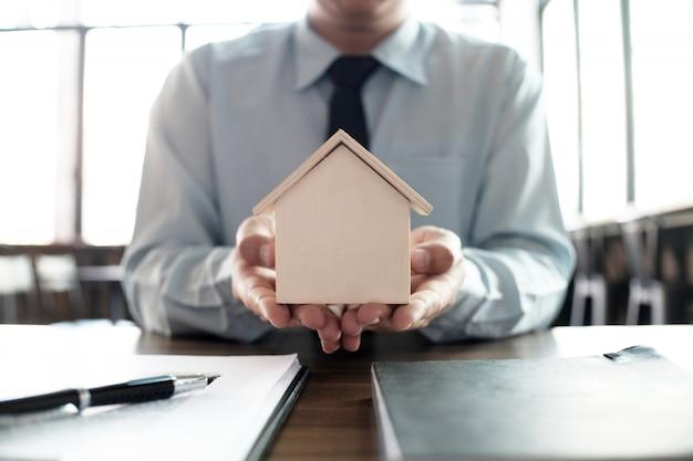 Giudizio sull'asta delle offerte immobiliari all'asta con il martelletto di legno.