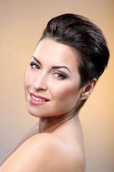 Glamour e splendida bruna che mostra il suo viso