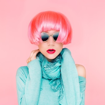 Glamour fashion lady in parrucche rosa