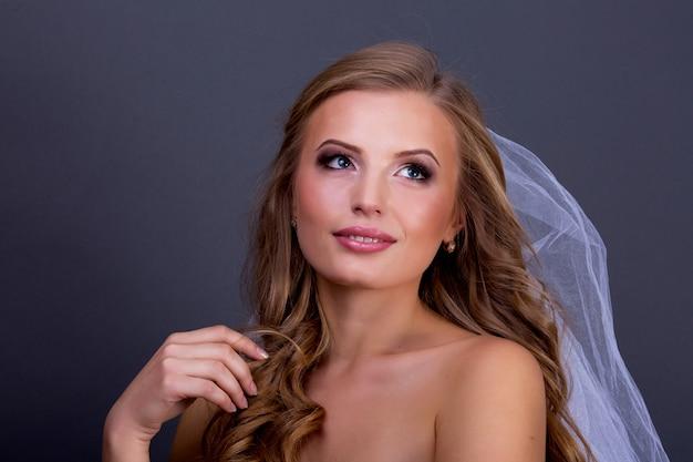 Glamour giovane femmina sexy con unghie rosa e trucco degli occhi. ritratto frontale