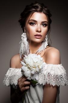 Glamour ritratto del modello di bella donna con il trucco quotidiano fresco e romantica acconciatura ondulata.