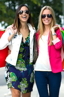 Glamour sorridente borse consumismo adulti