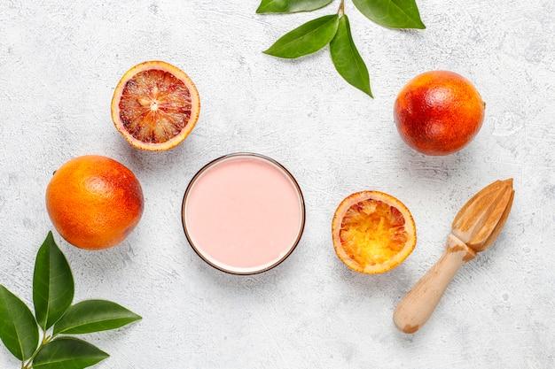 Glassa deliziosa fatta in casa all'arancia rossa con frutti freschi all'arancia rossa.