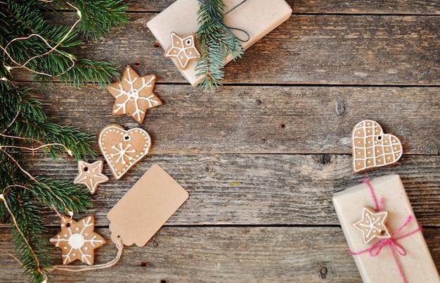 Glassa e contenitore di regalo casalinghi tradizionali dello zucchero di pan di zenzero di natale su di legno.