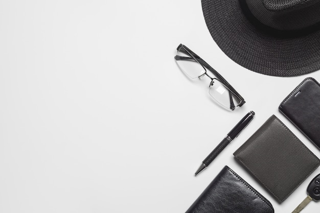 Gli accessori dei signori di vista superiore piana di disposizione su fondo bianco con lo spazio della copia