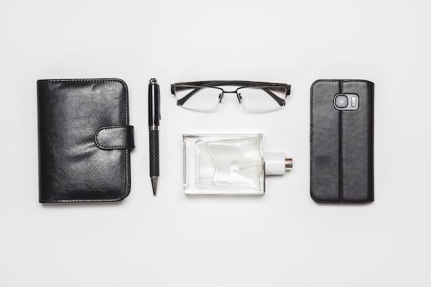 Gli accessori dei signori di vista superiore piana di disposizione su fondo bianco