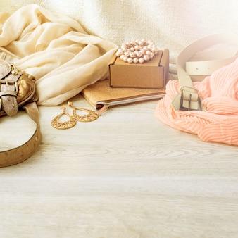 Gli accessori hanno messo per le donne, fondo leggero di legno.