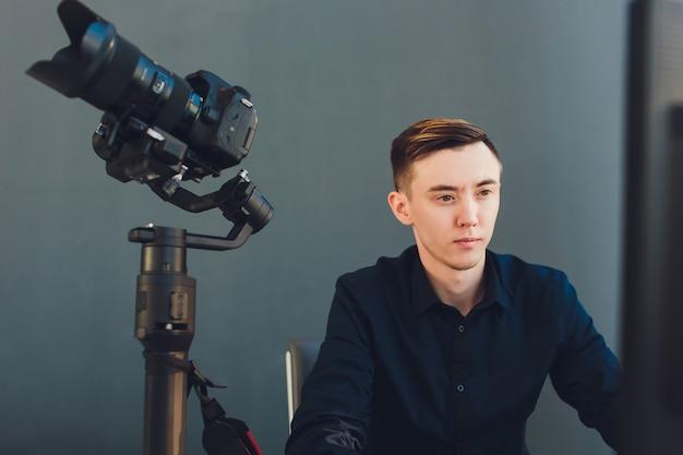 Gli accessori inclusi per youtube o vlogger creano video di contenuti. impostazione della videocamera sullo stabilizzatore cardanico.
