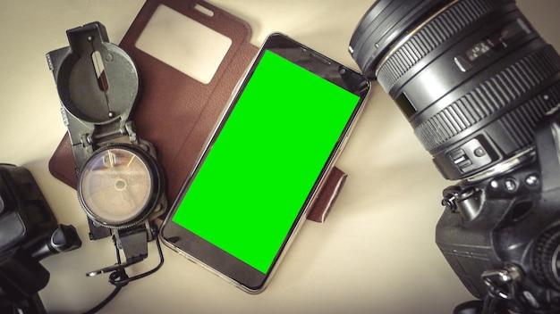 Gli accessori per viaggiare su tavolo defocus e cellulare vuoto, vista dall'alto copia spazio