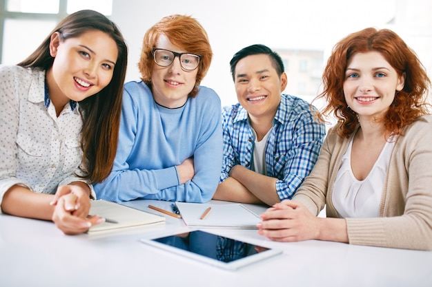 Gli adolescenti seduta con una tavoletta digitale
