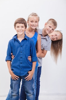 Gli adolescenti sorridenti su bianco