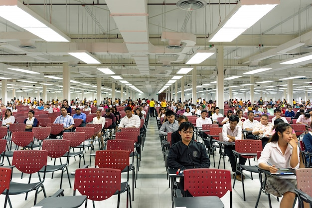 Gli adulti sostengono l'esame nella sala d'esame per nominare al lavoro
