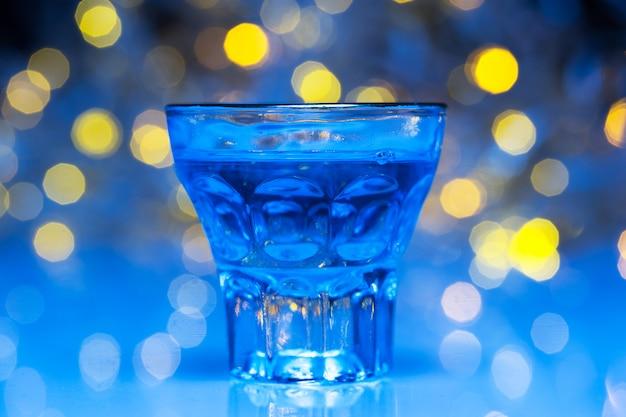 Gli adulti vanno in discoteca per bere alcolici e divertirsi