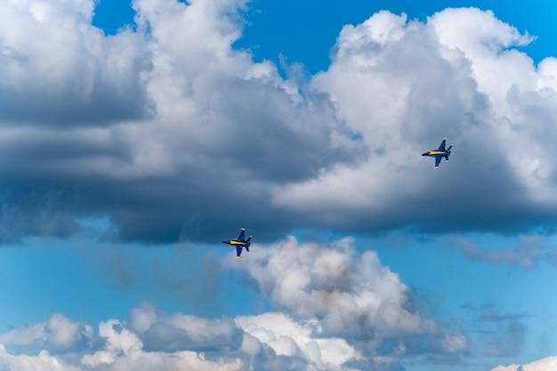 Gli aerei blu statunitensi si esibiscono nello show aereo