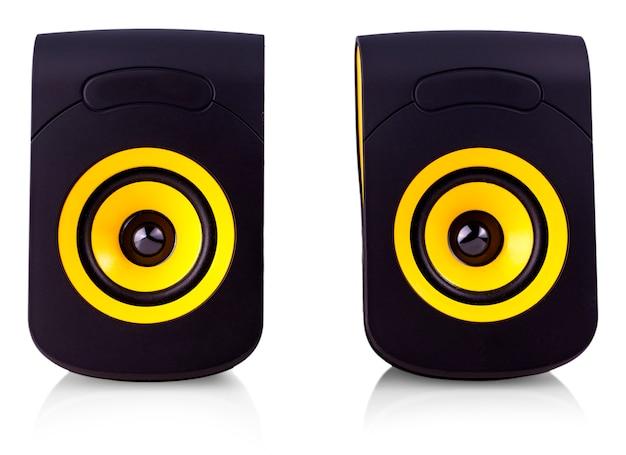 Gli altoparlanti del computer con design giallo e nero su isolare bianco