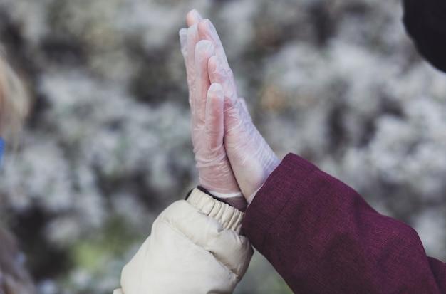 Gli amanti dei guanti si salutano