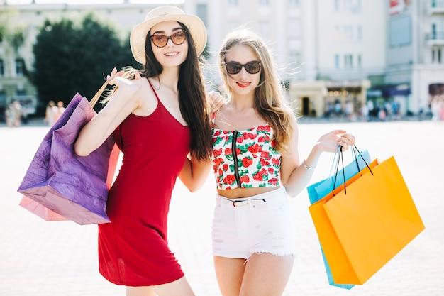 Gli amici alla moda sono contenti di nuovi acquisti
