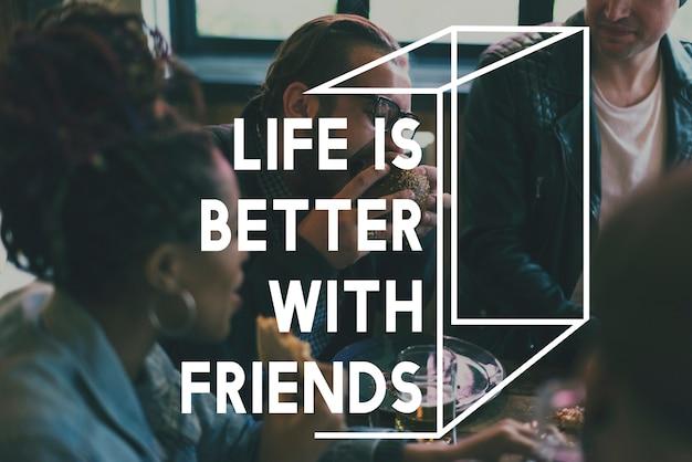 Gli amici che mangiano il pasto delizioso dell'alimento insieme esprimono il grafico