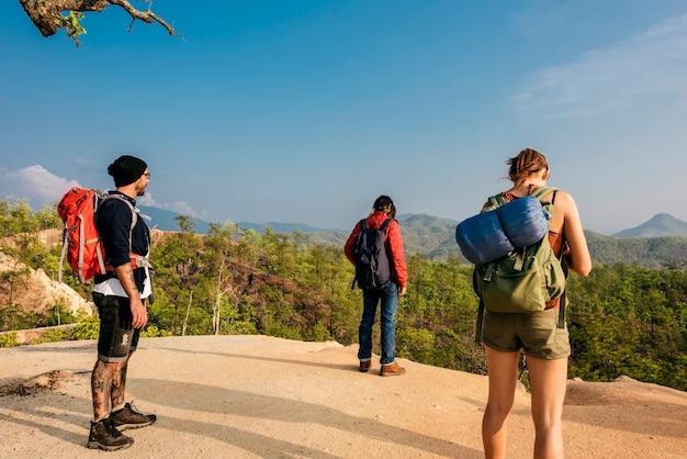 Gli amici esplorano il concetto della natura all'aperto