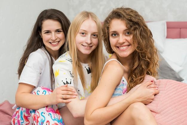 Gli amici in pigiama party in posa per una foto