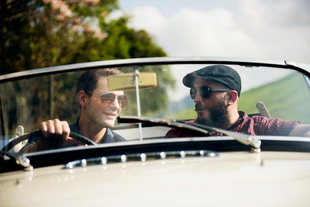 Gli amici viaggiano insieme su road trip