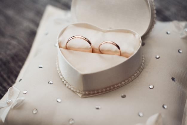 Gli anelli di nozze sono in una scatola a forma di cuore