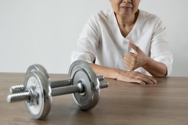 Gli anziani sono sani e che esercitano e lo stile di vita sportivo persone attraente donna senior