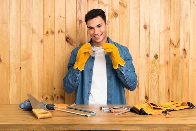Gli artigiani uomo sopra la parete di legno