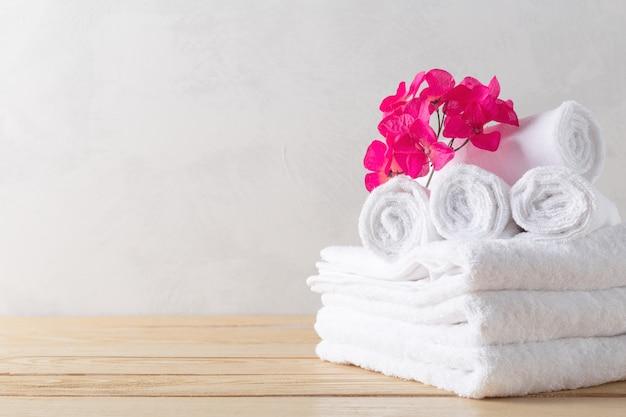 Gli asciugamani rotolano con il fiore