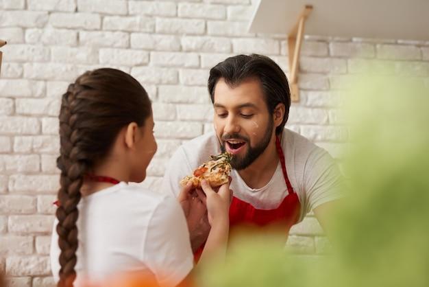 Gli chef di famiglia stanno cucinando insieme alla degustazione di alimenti.