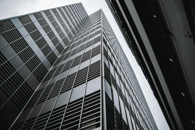 Gli edifici e gli alti e il cielo guardano in alto