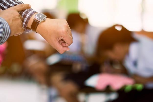 Gli esaminatori stanno guardando il tempo nel test finale.