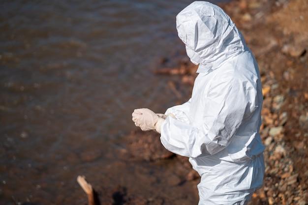 Gli esperti analizzano l'acqua in un ambiente contaminato.