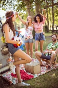 Gli hipster si divertono nel loro campeggio