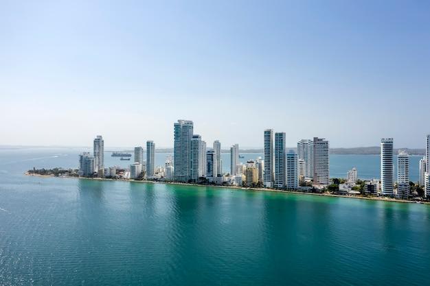Gli hotel e gli alti condomini vicino al mar dei caraibi