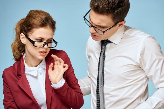 Gli impiegati della donna e del giovane comunicano