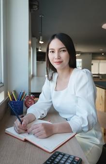 Gli imprenditori prendono appunti per gestire gli appuntamenti per lavorare in ufficio.