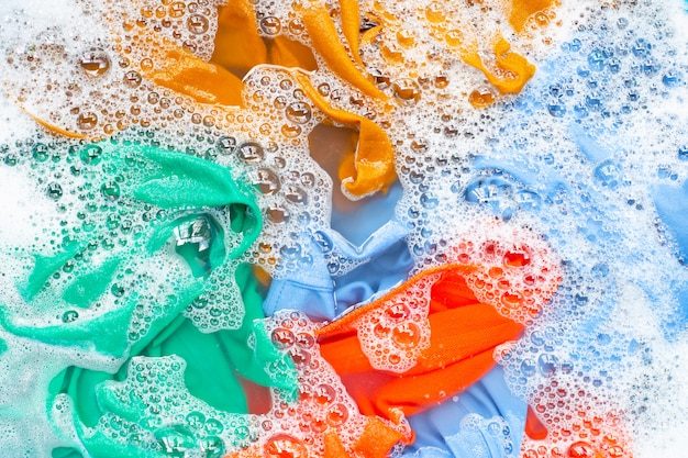 Gli indumenti colorati vengono immersi prima del lavaggio.