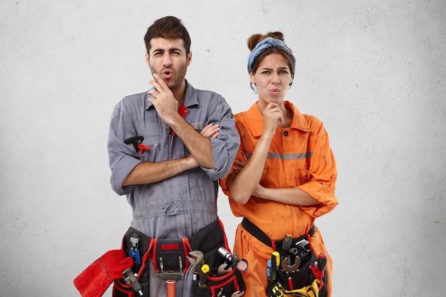 Gli infelici specialisti idraulici hanno un'espressione scontenta