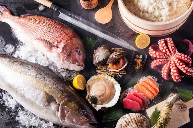 Gli ingredienti del sashimi hanno impostato la vista dall'alto