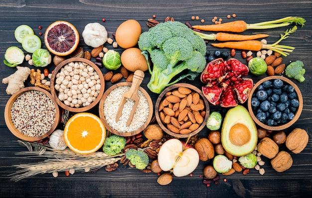 Gli ingredienti per la selezione degli alimenti sani hanno installato su di legno