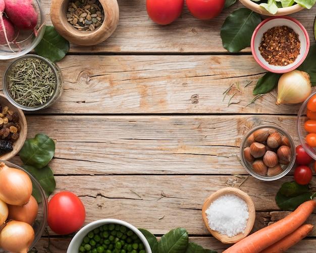 Gli ingredienti piatti piatti e le verdure copiano lo spazio
