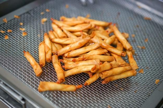 Gli involtini primavera fritti sono molto popolari in cina e nel sud-est asiatico.