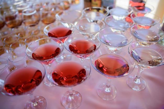 Gli occhiali con l'alcool stanno sul tavolo da pranzo whtie