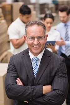 Gli occhiali da portare del capo che si levano in piedi con le braccia hanno attraversato in un grande magazzino